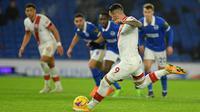 Striker Southampton, Danny Ings, saat melakukan tendangan penalti ke gawang Brighton pada laga lanjutan Liga Inggris di Falmer Stadium, Selasa (8/12/2020) dini hari WIB. Southampton menang 2-1 atas Brighton. (AFP/Mike Hewitt/pool)