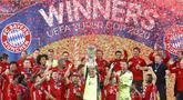 Para pemain Bayern Munchen berselebrasi usai meraih trofi Piala Super Eropa usai mengalahkan Sevilla di Puskas Arena di Budapest, Hongaria, Kamis (24/9/2020). Munchen menang tipis 2-1 atas Sevilla. (AP Photo/Laszlo Balogh)