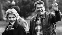 Presiden Amerika Serikat Ronald Reagan dan istrinya, Nancy Reagan melambaikan tangan usai kembali dari Camp David (AP Photo)