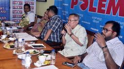 """Anggota Komisi III DPR Arsul Sani (kedua kanan) saat menjadi pembicara dalam diskusi """"Telenovela KPK-Polri"""" di Cikini, Jakarta, Sabtu (2/5/2015). Diskusi tersebut membahas hubungan antara KPK dan Polri yang kembali memanas. (Liputan6.com/Helmi Afandi)"""