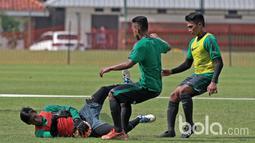 Aksi kiper Timnas U-22, Satria Tama mengamankan bola dari kejaran rekan-rekannya di Lapangan SPH, Karawaci, Jumat (17/3/2017). Timnas U-22 mempersiapkan diri melawan Myanmar pada laga persahabatan 21 Maret 2017. (Bola.com/Nicklas Hanoatubun)