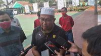 Kepala Sekolah SMKN 1 Garut Dadang Johar Arifin, saat memberikan keterangan kepada sejumlah wartawan, ihwal senpi yang ia bawa. (Liputan6.com/Jayadi Supriadin)