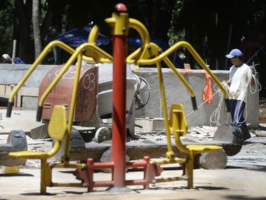 Pekerja menyelesaikan pembangunan taman bermain anak-anak untuk melengkapi fasilitas di Taman Kota 1, Tangerang Selatan, Banten, Selasa (1/12/2020). Kawasan terbuka hijau seluas 7,2 hektare tersebut sebagai tempat rekreasi alam murah meriah. (merdeka.com/Dwi Narwoko)