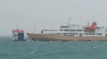 2 Kapal yang dioperasikan ASDP Indonesia Ferry yaitu (KMP) Namparnos dan KM Camara Nusantara 6 tabrakan di Laut NTT