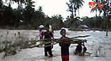Tanggul sepanjang 10 kilometer yang melindungi 36 desa di tiga kecamatan di Kabupaten Belu, Nusa Tenggara Timur jebol, Jum'at (30/7). Jebolnya tanggul membuat ratusan rumah terendam banjir dan terancam hanyut terbawa air.