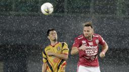 Striker Bali United, Ilija Spasojevic, duel udara dengan pemain Mitra Kukar, Muhammad Bahtiar, pada laga Piala Presiden 2019 di Stadion Patriot, Jawa Barat, Minggu (3/3).  Bali United menang 3-0 atas Mitra Kukar. (Bola.com/M Iqbal Ichsan)