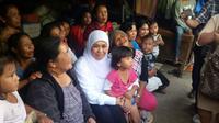 Menteri Sosial Khofifah Indar Parawansa (kerudung putih) berfoto bersama para pengungsi di lokasi pengungsian di Kabupaten Karo, Sumatera Utara, Rabu (29/10/2014).