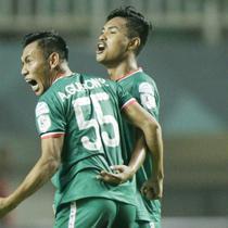 Pemain PSS Sleman, Asyraq Gufron, merayakan gol yang dicetak oleh Rifal Lastori ke gawang Semen Padang pada laga Liga 2 di Stadion Pakansari, Jawa Barat, Selasa (4/12). PSS menang 2-0 atas Semen Padang. (Bola.com/M. Iqbal Ichsan)