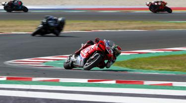 Pembalap MotoGP Francesco Bagnaia melintasi tikungan pada balapan MotoGP Emilia Romagna 2020 di Sirkuit Misano, Misano Adriatico, Italia, Minggu (20/9/2020). Saat memimpin balapan, Bagnaia terjatuh dan tak bisa melanjutkan pertandingan yang tinggal tersisa tujuh lap. (AP Photo/Antonio Calanni)