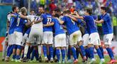 Para pemain Italia merayakan kemenangan atas Wales pada akhir pertandingan Grup A Euro 2020 di Stadion Olimpiade Roma, Italia, Minggu (20/6/2021). Italia menang 1-0. (AP Photo/Alessandra Tarantino, Pool via AP)