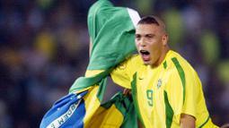 Ronaldo - Model rambut Ronaldo ini sangat ikonik saat Piala Dunia 2002 berlangsung di Korea dan Jepang. Tidak hanya mampu mencuri perhatian dengan gaya rambut anehnya, Ronaldo juga berhasil membawa Tim Samba menjadi kampiun di Piala Dunia kala itu. (AFP/Daniel Garcia)