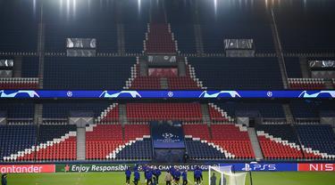 Para pemain Istanbul Basaksehir melakukan pemanasan saat mengikuti sesi latihan di Paris (7/12/2020). Istanbul Basaksehir akan bertanding melawan PSG pada grup H Liga Champions di Stadion Parc des Princes. (AFP/Franck Fife)