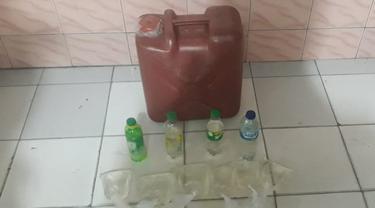 Sejumlah barang bukti miras jenis Cap Tikus yang diamankan polisi di Manado.