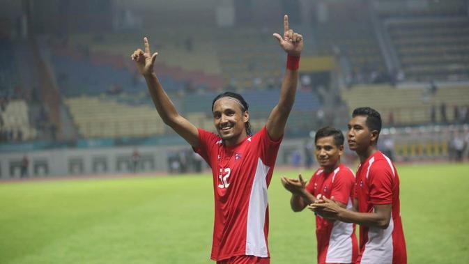 Pemain Timnas Nepal, Rohit Chand, memberikan salam kepada The Jakmania yang memberinya dukungan usai menghadapi Jepang di Laga Grup D sepak bola Asian Games 2018, Selasa (14/8/2018). (Dok. Inasgoc)