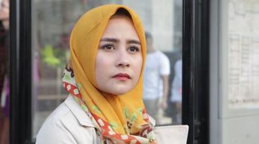 Belum lama ini Prilly Latuconsina diketahui sedang membintangi web series 'Negeri 5 Menara' yang memerankan karakter bernama Sarah. Prilly tampil beda dalam balutan hijab yang membuatnya semakin terlihat teduh.(Liputan6.com/IG/@prillylatuconsina96)