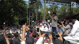 Capres 02 Prabowo Subianto memberi sambutan saat menghadiri syukuran kemenangan di kediaman Prabowo, di Kertanegara, Jakarta, Jumat (19/4). Dalam acara syukuran klaim kemenangan Pilpres 2019 tersebut, Prabowo tidak didampingi Sandiaga Uno. (Liputan6.com/Faizal Fanani)