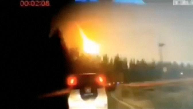 Bola api terekam kamera meluncur dari langit di timur laut China pada Jumat 11 Oktober. (CCTV)