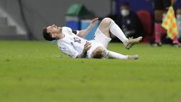 Tekel keras bek Kolombia, Frank Fabra, di menit ke-54 membuat La Pulga terjatuh dan meringis kesakitan.(Foto:AP/Eraldo Peres)