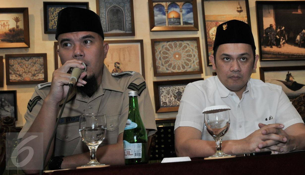 Musisi Ahmad Dhani dan pengacara Farhat Abbas memberikan keterangan dalam sebuah pertemuan di Jakarta, Selasa (20/12). Dalam kesempatan itu, Farhat Abbas ditunjuk Ahmad Dhani sebagai kuasa hukumnya dalam kasus dugaan makar. (Liputan6.com/Yoppy Renato)