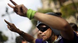 Pria melakukan gerakan untuk mendukung legalisasi ganja di luar gedung Mahkamah Agung, Meksiko,(4/11/2015). Voting hakim di Mahkamah Agung Meksiko memperoleh suara empat banding satu untuk mendukung pengeluaran izin tersebut. (REUTERS/Edgard Garrido)