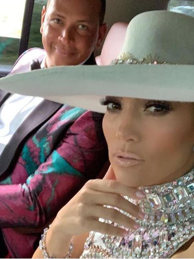 Topi Lebar Jennifer Lopez di Grammy Awards Banyak Diminati Warganet ... 2a4f6d19dc