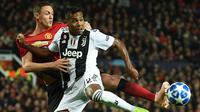 Bek Juventus, Alex Sandro, berebut bola dengan gelandang Manchester United, Nemanja Matic, pada laga Liga Champions di Stadion Old Trafford, Manchester, Selasa (23/10). MU kalah 0-1 dari Juventus. (AFP/Oli Scarff)