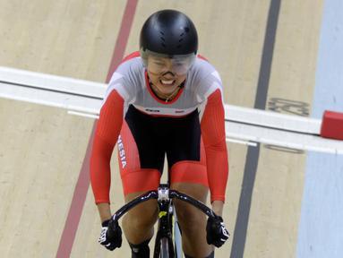 Pembalap sepeda Indonesia, Chrismonita Dwi Putri memacu sepedanya di nomor Women Elite nomor 500m Time Trial Asian Track Championships 2019 di Jakarta International Velodrome, Kamis (10/1). Putri meraih mendali perunggu. (Bola.com/Yoppy Renato)