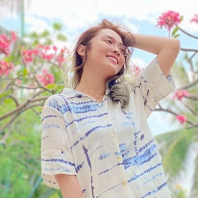 6 Potret Gaya Oza Kioza Pakai Baju Motif Tie Dye Stylish Banget Surabaya Liputan6 Com