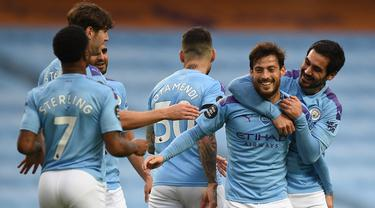 Pemain Manchester City merayakan gol yang dicetak David Silva ke gawang Newcastle United pada laga lanjutan Premier League pekan ke-34 di Etihad Stadium, Kamis (9/7/2020) dini hari WIB. Manchester City menang 5-0 atas Newcastle. (AFP/Oli Scarff/pool)