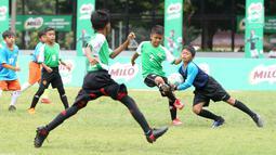 Anak-anak bertanding sepak bola pada babak 16 Besar MILO Football Championship Jakarta 2019 di Lapangan Banteng, Jakarta, Sabtu (2/3). Memasuki tahun kelima lebih dari 10.000  siswa dari 640 tim ikuti ajang berbakat. (Liputan6.com/Pool/Image Dynamics)