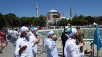 Umat muslim berdoa saat salat Jumat di distrik bersejarah Sultanahmet, dekat Hagia Sophia, Istanbul, Turki, Jumat (24/7/2020). Umat muslim melaksanakan salat Jumat pertama di Hagia Sophia dalam 86 tahun terakhir. (AP Photo/Yasin Akgul)