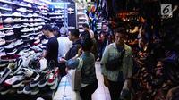 Pengunjung mencari sepatu di pusat perbelanjaan, Jakarta, Selasa (3/7). Asosiasi Persepatuan Indonesia (Asprisindo) meyakini pertumbuhan industri alas kaki lebih baik tahun ini yang didorong oleh realisasi beberapa pabrik baru. (Liputan6.com/Angga Yuniar)