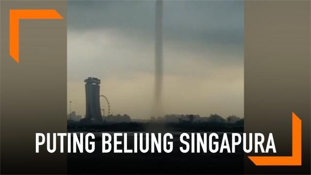 Momen saat angin puting beliung menerjang Singapura terekam kamera. Angin yang terlihat seperti tornado membumbung tinggi ke angkasa.