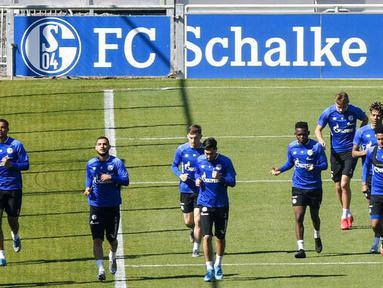 Para pemain FC Schalke 04 saat sesi latihan di Gelsenkirchen, Jerman, Rabu (23/4/2020). FC Schalke 04 menggelar sesi latihan setelah Bundesliga direncanakan akan kembali bergulir pada pada 9 Mei mendatang. (AP/Martin Meissner)