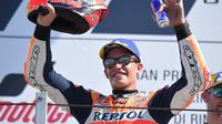 Pembalap Repsol Honda, Marc Marquez saat merayakan podium kedua MotoGP San Marino 2018. (Tiziana FABI / AFP)