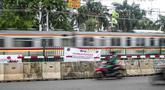 KRL Comutter Line melintas pada perlintasan sebidang yang sudah ditutup di sekitar Stasiun Palmerah, Jakarta, Senin (30/11/2020). Selain penataan tahap kedua Stasiun Palmerah, penutupan pelintasan juga dimaksudkan untuk menghilangkan pelanggaran lalu lintas dan kemacetan (Liputan6.com/Faizal Fanani)