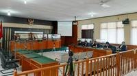 Pembacaan tuntutan Bupati Bengkalis Amril Mukminin oleh JPU KPK yang dibacakan secara virtual. (Liputan6.com/M Syukur)
