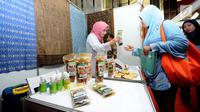 Pengunjung melihat-lihat produk yang dipamerkan pada Pasar Inovasi dan Kreativitas di Graha Pengayoman, Jakarta, Selasa (31/10). Ajang ini untuk mengkomersialisasikan produk kekayaan intelektual pelaku bisnis. (Liputan6.com/Helmi Fithriansyah)