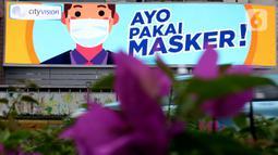 Sebuah videotron menampilkan pesan terkait pandemi COVID-19 di Jalan Jenderal Sudirman, Jakarta, Jumat (1/5/2020). Sejumlah pesan disampaikan dengan beragam cara untuk mengingatkan masyarakat agar ikut serta dalam upaya memutus mata rantai penyebaran COVID-19. (Liputan6.com/Helmi Fithriansyah)
