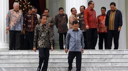 Presiden Joko Widodo dan Wapres Jusuf Kalla bersiap untuk foto bersama dengan sejumlah Menteri Kabinet Kerja Periode 2014-2019 saat acara perpisahan di Istana Negara, Jakarta, Jumat (18/10/2019). (Istimewa)
