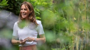 Gaya Klasik Serba Putih Kate Middleton Saat Rayakan Proyek Fotografi