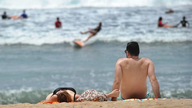Melihat Para Turis Berlibur di Pantai Kuta Bali