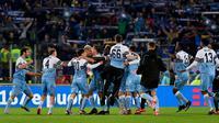 Skuat Lazio merayakan keberhasilan menjuarai Coppa Italia 2018-2019 dengan mengalahkan Atalanta 2-0 di Stadio Olimpico, Roma, Kamis dini hari WIB (16/5/2019). (AFP/Vicenzo Pinto)