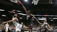 Pebasket Houston Rockets, Clint Capela, saat pertandingan melawan San Antonio Spurs pada Gim 5 Semifinal Wilayah Barat, Selasa (9/5/2017) di San Antonio.  (EPA/Larry W. Smith)