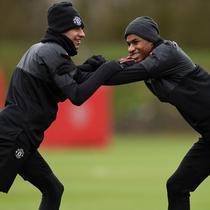 Pemain Manchester United, Marcus Rashford dan Jesse Lingard saat latihan jelang laga Liga Champions di Manchester, Senin (12/3/2018). Manchester United akan berhadapan dengan Sevilla. (AFP/Oli Scarff)