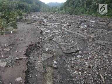 Material lahar dingin menutupi sawah dan Sungai Yeh Sah di Karangasem, Bali, Rabu (6/12). Banyaknya material Gunung Agung serta hujan deras menyebabkan lebar banjir lahar dingin semakin meluas dan merusak sawah warga. (Liputan6.com/Immanuel Antonius)