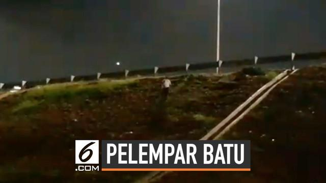Sebuah video amatir milik warga berhasil merekam aksi seseorang yang kerap melembar batu ke dalam jalan tol Depok. Namun pelaku selalu berhasil lolos dari kejaran warga.