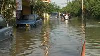 Banjir merendam kawasan Dayeuhkolot, Kabupaten Bandung, Jawa Barat. (www.twitter.com/@aboutbdgcom)