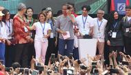Presiden Joko Widodo (tengah) bersama beberapa selebriti jelang peresmian pengoperasian Moda Raya Terpadu Jakarta fase 1 di Kawasan Bundaran HI, Jakarta, Minggu (24/3). Acara ini sekaligus pencanangan pembangunan Moda Raya Terpadu Jakarta fase 2. (Liputan6.com/Helmi Fithriansyah)