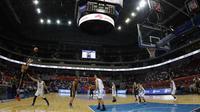 Pemain Basket Indonesia saat melawan Filipina pada laga semifinal SEA Games 2019 di Mall Of Asia Arena, Manila, Senin (9/12). Indonesia kalah 97-70 dari Filipina. (Bola.com/ M Iqbal Ichsan)